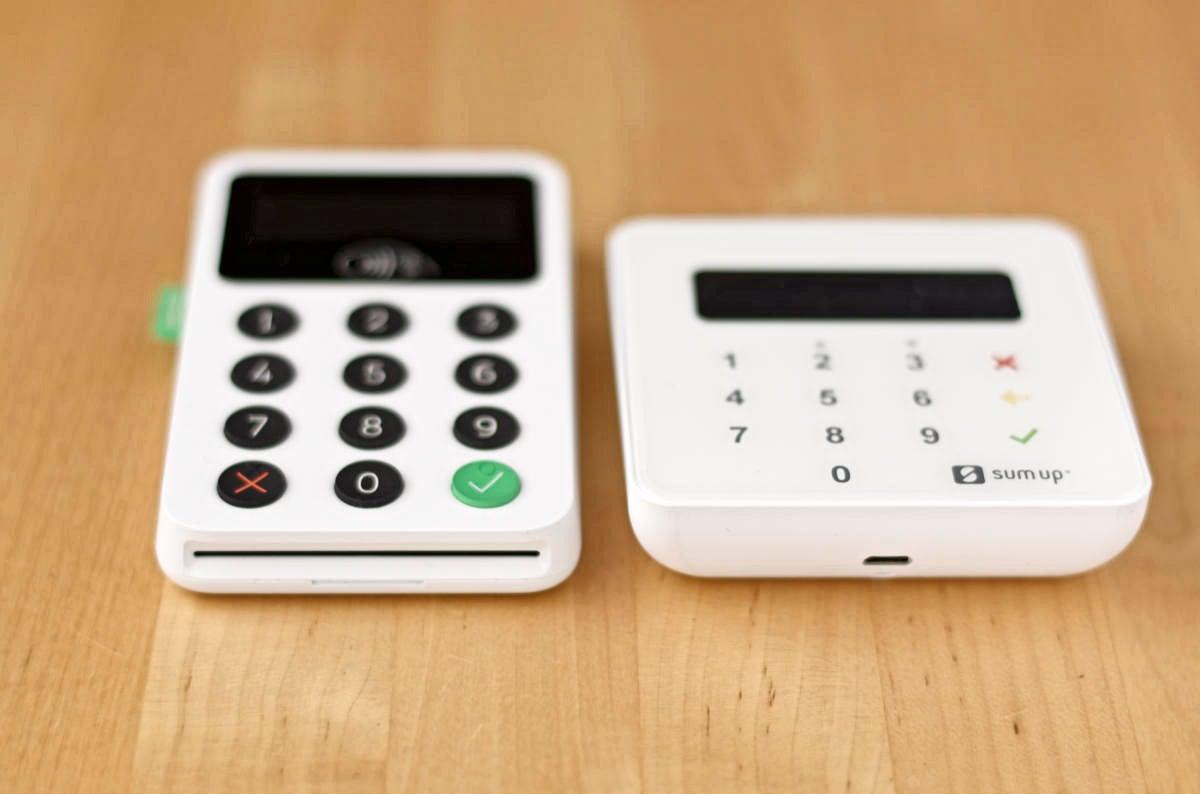 Sul lato inferiore, Zettle ha lo slot per inserire carte con chip, mentre SumUp Air l'entrata USB